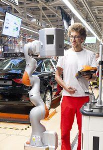 Gyõr, 2016. június 2. Egy KUKA iiwa R820 típusú robot az Audi Hungaria Motor Kft. gyõri gyárában 2016. június 2-án. A robotból, amelyeket az autók fugáinak és az alkatrészek illeszkedésének mérésére használják, kettõt állítottak üzembe. A berendezések a nehezen elérhetõ helyeken mérnek, amellyel a munkafolyamat felét veszik át a dolgozóktól. Ez autónként a munkaidõ felét, naponta 14 ezer mérést jelent. MTI Fotó: Krizsán Csaba